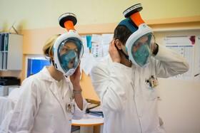 (تصاویر) ماسک های غواصی در جمهوری چک به  ماسک های بهداشتی در بیمارستانی در پراگ تبدیل شده اند