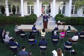 (تصاویر) مصاحبه مطبوعاتی رئیس جمهوری آمریکا در کاخ سفید و فاصله میان خبرنگاران به دلیل کرونا