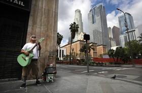 (تصاویر) نوازنده دوره گرد نابینا در لوس آنجلس آمریکا در خیابانی خالی می نوازد