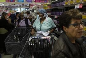 (تصاویر) هجوم خریداران در ژوهانسبورگ مرکز آفریقای جنوبی پیش از اجرای مقررات قرنطینه عمومی در این کشور