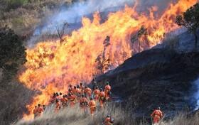 (تصاویر) آتش سوزی مراتع در سیچوان در چین و تلاش آتش نشانان برای خاموش کردن آن
