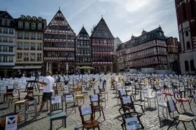 (تصاویر) اعتراض صاحبان رستوران ها در فرانکفورت آلمان با صندلی های خالی  و نام رستوران ها