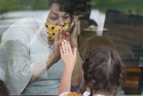 (تصاویر) دیدار مادر بزرگی با نوه اش در آمریکا