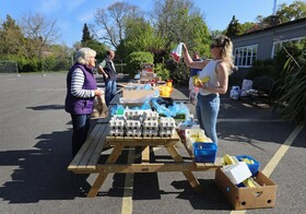 (تصاویر) فروشگاه محلی برای تامین نیازهای ساکنان بدون هزینه اضافه در انگلیس
