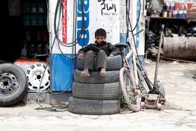 (تصاویر) کودکی در حال کار در مغازه تعمیرگاهی در صنعای یمن