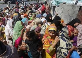 (تصاویر) گروهی از مردم در لاهور پاکستان برای دریافت غذای دولتی صف بسته اند
