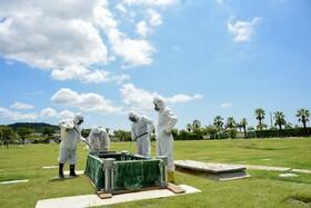 (تصاویر) مراسم کفن و دفن یک فوتی کرونا در اکوادور