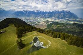 (تصاویر) نقاشی بزرگی روی دامنه کوهی در سوئیس  که سه هزار متر مربع مساحت دارد برای همستگی جهانی با بحران کرونا