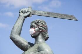 (تصاویر) ماسک برای یک مجسمه مشهور در ورشو لهستان