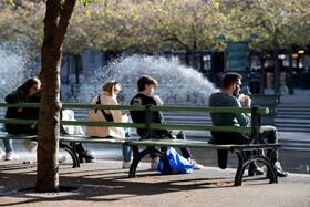 (تصاویر) پارکی در سوئد که مردم با فاصله در این پارک نشسته اند