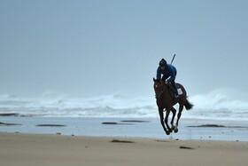 (تصاویر) تمرین یک سوار کار حرفه ای در استرالیا در کنار ساحل