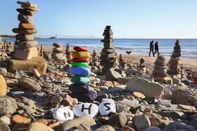 (تصاویر) تصویر ساحلی در انگلیس که با زنگ آمیزی سنگ ها از کادر بهداشتی تشکر شده است