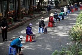 (تصاویر) صف مردم برای دریافت کمک کهای غذایی دولتی در هانوی ویتنام