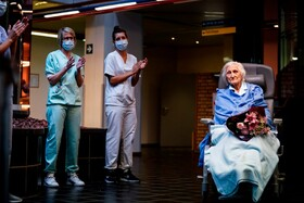 (تصاویر) مرخص شدن بیمار صد ساله ای در بیمارستانی رد بلژیک با تشویق کارکنان بهداشتی