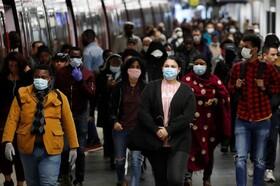 (تصاویر) مسافران مترو در ایستگاهی در پاریس فرانسه