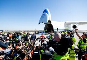 (تصاویر) وزیردفاع آلمان در فرودگاه مقابل هواپیمای باری آنتونوف روسی که هشت میلیون ماسک کمک از چین به آلمان آورده در مقابل خبرنگاران به سوال های آنان پاسخ می دهد