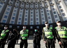 (تصاویر) نیروهای پلیس در کیف اوکراین در حال مقابله با تظاهرات کاسب های کوچک برای درخواست کمک بیشتر دولت در مقابل مجلس این کشور