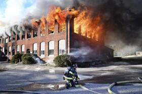 (تصاویر) آتش سوزی در کارخانه پارچه بافی تعطیل شده در ماساچوست آمریکا
