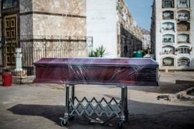 (تصاویر) تابوت فرد فوت شده به دلیل بیماری کووید نوزده در پرو برای دفن با پوشش پلاستیکی بسته شده است