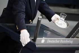 (تصاویر) ضد عفونی میز سخنرانی در مجلیس آلمان بین هر سخنرانی در برلین