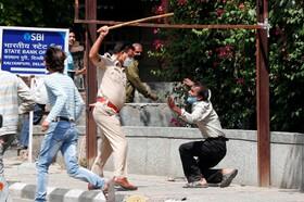 (تصاویر) حمله پلیس هند به مردی که فرنطینه را رعایت نکرده است