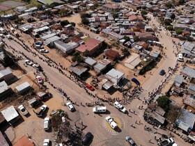(تصاویر) صف دریافت مواد غذایی در محله ای در آفریقای جنوبی