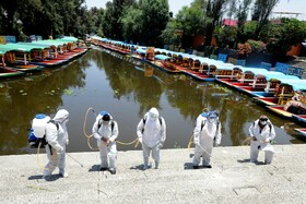 (تصاویر) ماموران یک مرکز توریستی در مکزیکو سیتی درمکزیک را ضد عفونی می کنند