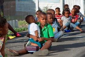 (تصاویر) صف کودکان برای دریافت غذای اهدایی در آفریقای جنوبی