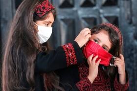 (تصاویر) کودکان فلسطینی در غزه با ماسک برای شرکت در مراسمی آماده می شوند