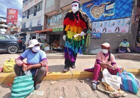 (تصاویر) مردی با لباس یک شخصیت سنتی در پرو به مردم برای رعایت بهداشت عمومی هشدار می دهد