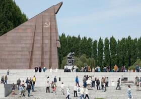 (تصاویر) نماد پیروزی در جنگ جهانی دوم که در زمان آلمان شرقی تحت کنترل شوروی توسط روس ها در برلن ساخته اند