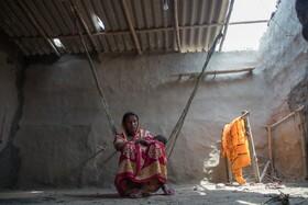 (تصاویر) زنی هندی در خانه آسیب دیده از توفان در بنگال جنوبی