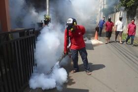(تصاویر) ضد عفونی کردن مناطق مختلف در جاکارتا در اندونزی برای مبارزه با تب دنگ همزمان با مبارزه با فراگیری بیماری کرونا