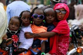 (تصاویر) کودکانی در کنار پدر و مادر موتور سواری شده اند در نیجریه