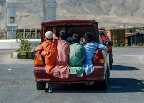 (تصاویر) کودکانی که در صندوق عقب ماشینی به گردش می روند در افغانستان