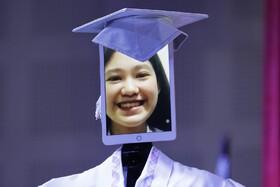 (تصاویر) مراسم فراغ تحصیلی دانش آموزان در فلیپین بصورت آنلاین و رباتیک