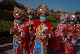 (تصاویر) گروهی از قوم میااو از اقوام ساکن در چین که برای شرکت در مجلس خلق به پکن سفر کرده اند