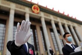 (تصاویر) مقابل تالار خلق چین در پکن که جلسه های مهم جزبی در این ساختمان برگذار می شود