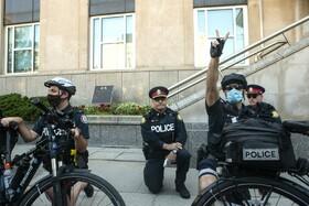 (تصاویر) پاسخ پلیس تورنتو در کنادا به تظاهرات مقابل کنسولگری آمریکا علیه نژاد پرستی