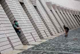 (تصاویر) پلیس ضد شورش در کنار یک مرکز فرهنگی در هنگ کنگ