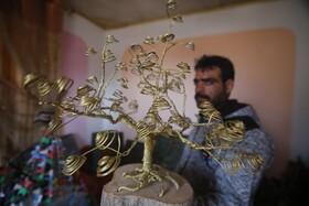 (تصاویر) رمضان بشیر آهنگر فلسطینی در خان یونس که با قطعات آهن آثار هنری خلق می کند