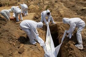 (تصاویر) دفن یک فرد مبتلا به کرونا در دهلی نو هند