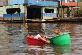 (تصاویر) قایق سواری کودکان در پرو با ظرف های پلاستیکی