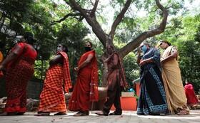 (تصاویر) صف دریافت کمک های غذایی در هند