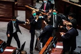 (تصاویر) ورود یک معترض هنگ کنگی به محل جلسه مجلس هنگ کنگ در اعتراض به قانون جدید به سود دولت چین در این منطقه