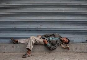 (تصاویر) یک کارگر فصلی در کاتماندو نپال که به دلیل قرنطینه بیکار شده