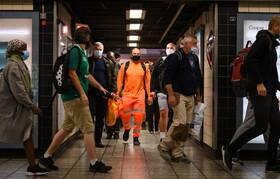 (تصاویر) خروج مسافران از ایستگاه مترو در لندن انگلیس