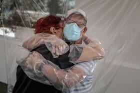 (تصاویر) سالمندی که پس از ماه ها در قرنطینه بوده بستگانش را در آغوش می گیرد