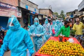 (تصاویر) کاکنان بهداشت هند در بمبئی در حال آزمایش خانه به خانه در محله ای هستند