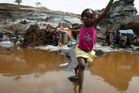 (تصاویر) کودکی در کنار والدین در حال کار در معدن گرانیت در بورکینا فاسو در حال بازی است